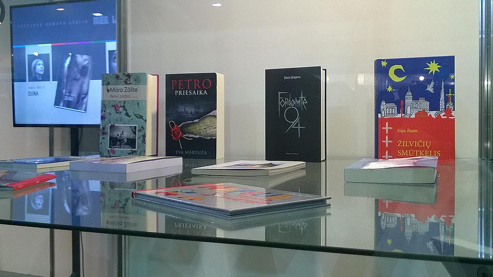 Daži no izstādē aplūkojamajiem latviešu grāmatu tulkojumiem svešvalodās